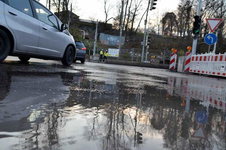 ...und setzte die angrenzende Bundesstraße 10 kurzzeitig unter Wasser.