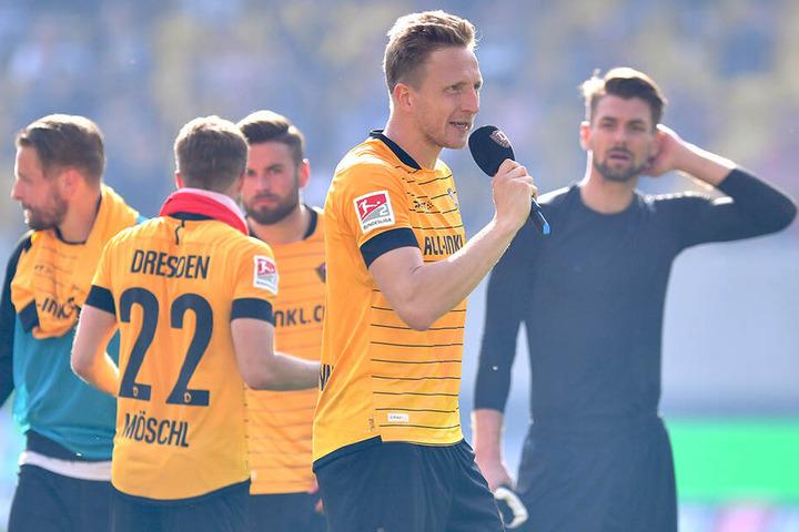 Dynamo-Kapitän Marco Hartmann richtete nach dem Spiel ein paar Dankesworte an die Fans.
