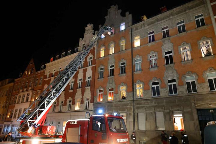 Zwei Bewohner mussten bei dem Brand am 30.12.2016 mit der Drehleiter aus dem vierten Stock gerettet werden.