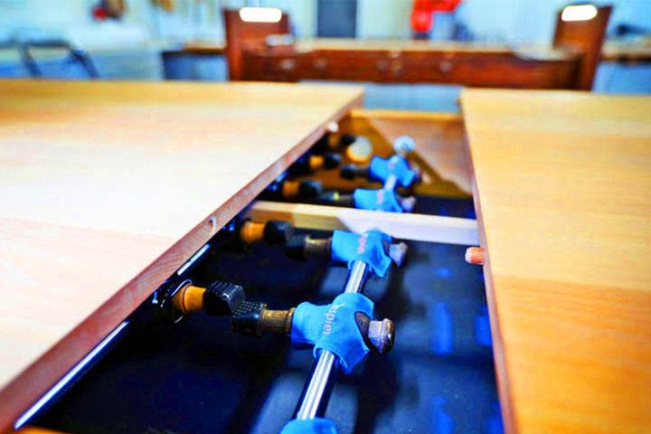 Den Tisch gibt es in verschiedenen Hölzern.