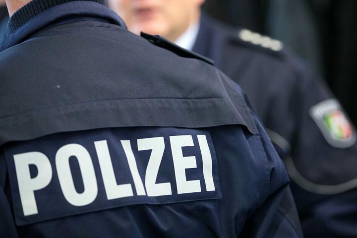 Beamte der Autobahnpolizei brachten die Hündin in Sicherheit.