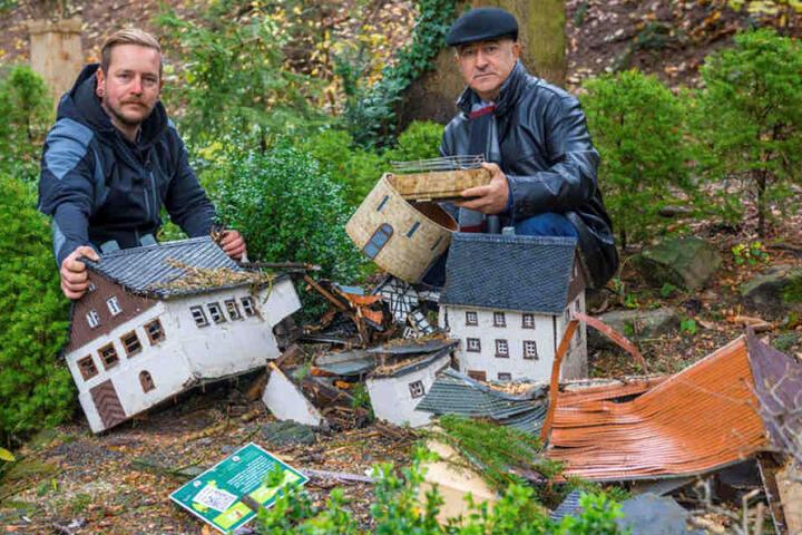 Stefen Hofmann (61, r.) vom Freiberger Brauhaus hilft im Klein Erzgebirge, das vier zerstörte Mini-Gebäude ersetzen muss, so Stephan Drichelt (32).