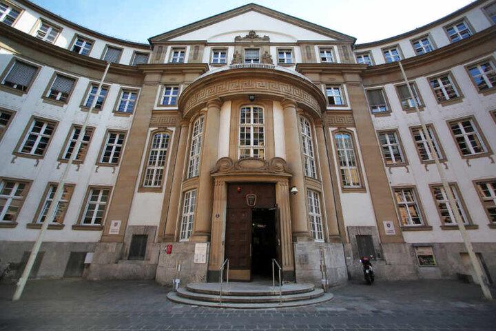 Das Archivbild zeigt das Landgericht Frankfurt von Außen. Der 28-Jährige muss sich hier von Dienstag an verantworten.