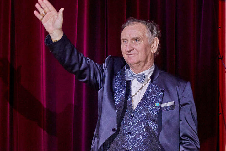 Direktor Mario Müller-Milano (70) bedankt sich für seine Auszeichnung mit der Goldenen Ehrennadel der Gesellschaft der Circusfreunde.