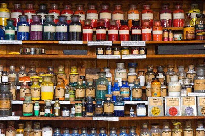 20.000 Flaschen voll knalliger Pigmente lagern im Depot.