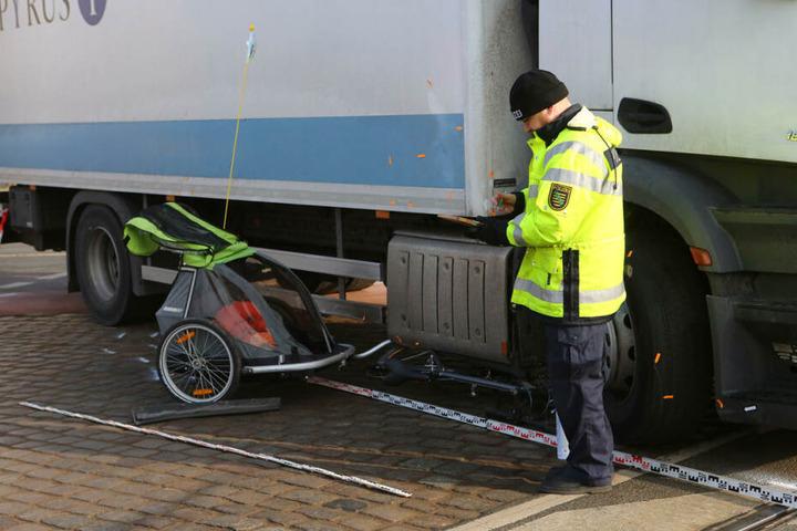 Schlimmer Anblick: Der Lkw-Fahrer übersah am Nürnberger Platz in Dresden Vater und Kind. Während der Knirps unverletzt blieb, kam der Radler mit schweren Verletzungen ins Krankenhaus.