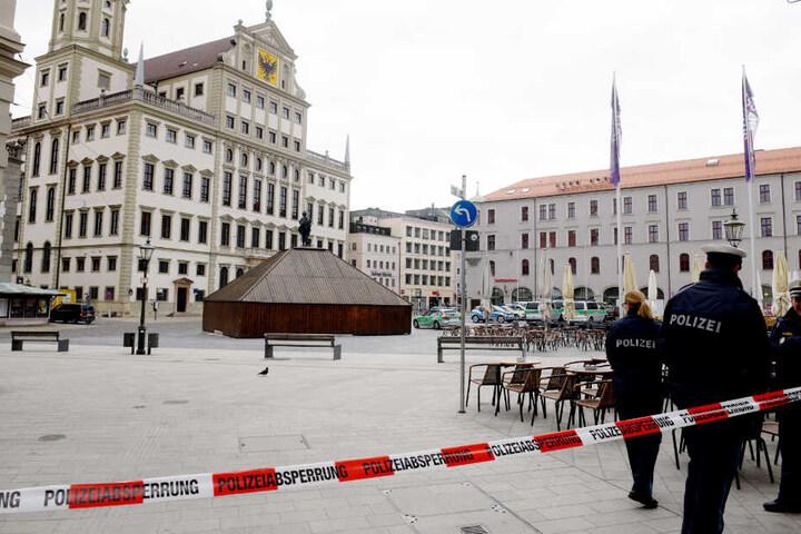 Unter anderem in Augsburg musste das Rathaus von der Polizei evakuiert werden.