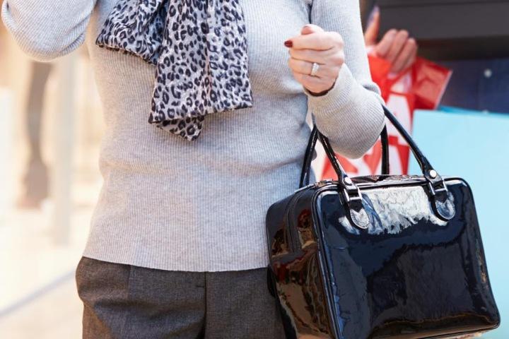 Von dem Geld kaufte sich die Seniorin teure Taschen und andere Luxusartikel. (Symbolbild)