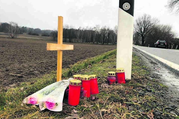 Angehörige der getöteten Frau (35) stellten am Fundort ein kleines Holzkreuz auf, legten Grablichter und Blumen ab.