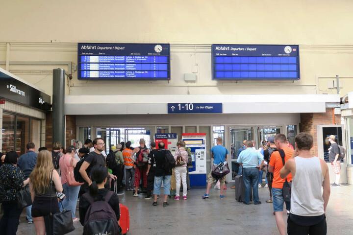 Die Reisenden müssen in der Eingangshalle warten, bis die Züge wieder fahren.