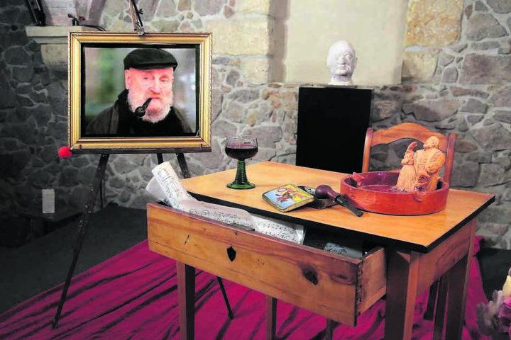 Pfeife und Rotwein auf dem Schreibtisch, daneben ein Charakterbild des Charakterschauspielers - so gedenkt das Hoftheater seines Prinzipals.