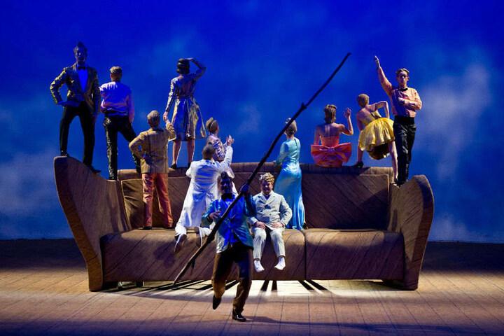 """Im Sony Center werden mehrere Stücke live übertragen, die im Rahmen des Theatertreffens aufgeführt werden, wie die Oper """"Ohne Titel Nr. 1"""" in der Völksbühne 2014."""