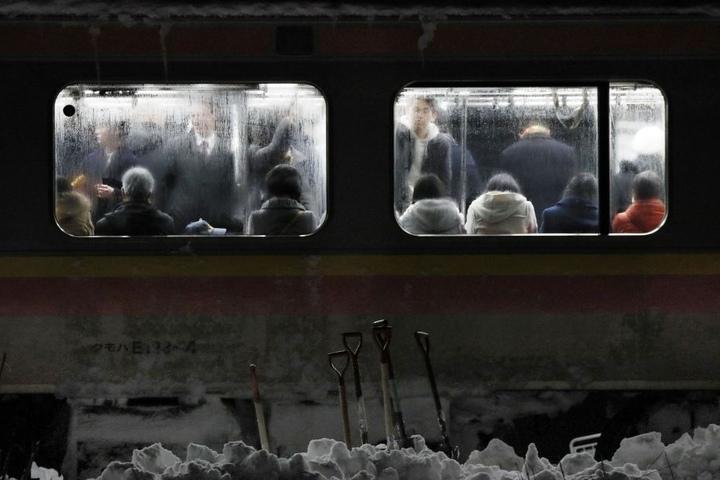 Wegen gewaltiger Schneemassen blieb der Zug stecken und die Passagiere mussten darin übernachten.