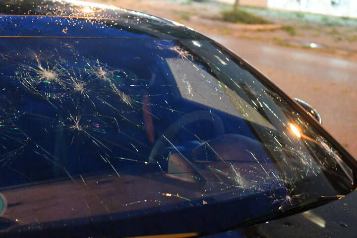 Hagelkörner zerstörten zahlreiche Autoscheiben.