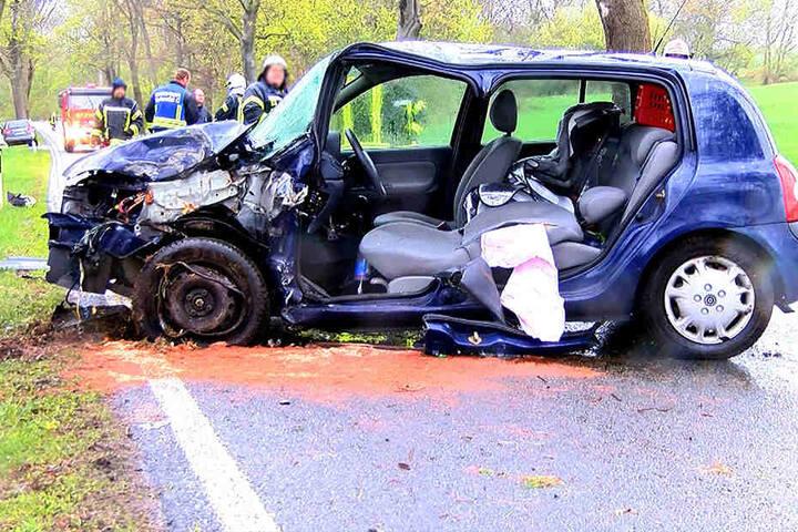 Der Fahrer wurde im Auto eingeklemmt und musste von der Feuerwehr befreit werden.