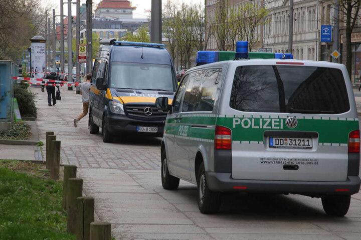 Polizeifahrzeuge vor dem Haus der Presse.