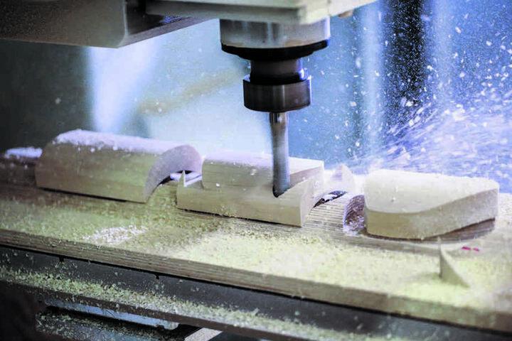 Rund 15.000 Holz-Knieschleifer werden jährlich bei Zeidlers gefräst.