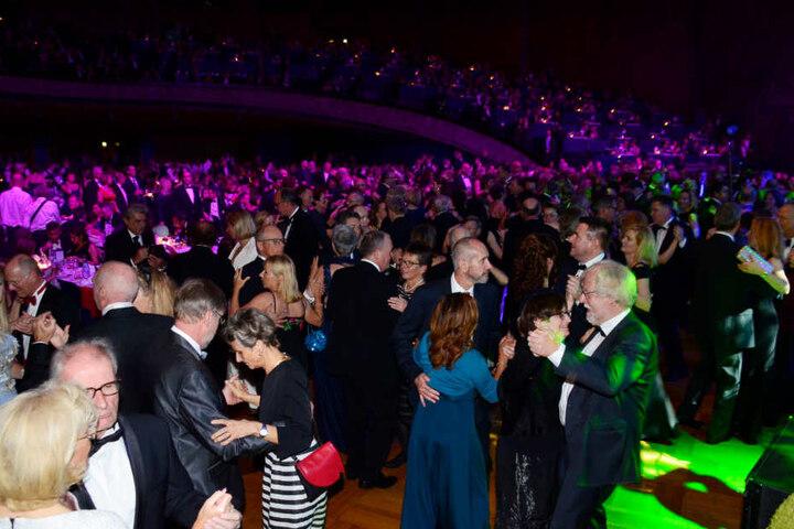 Die Gäste tanzen auf dem Landespresseball.