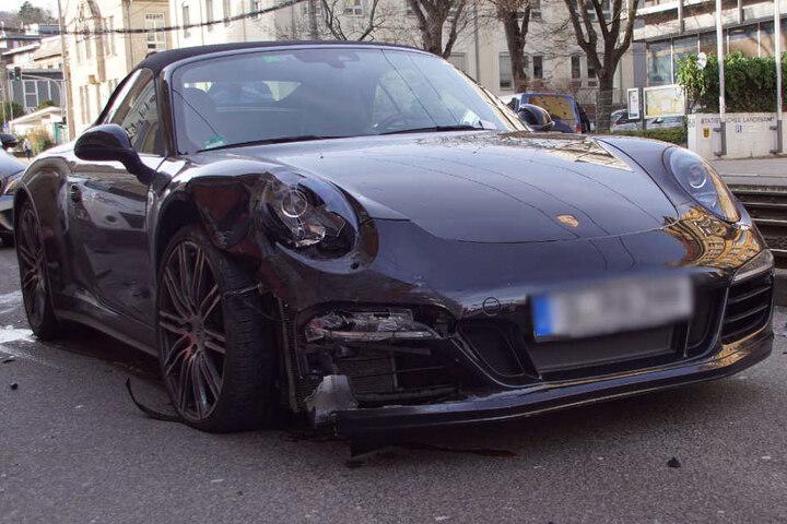 Auch den Porsche hat es ordentlich erwischt.