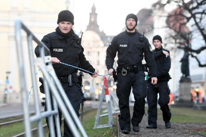 Polizisten spannen ein Seil für eine Absperrung am ersten Tag der 55. Münchner Sicherheitskonferenz zu der zahlreiche Staats-, Regierungschefs und Minister erwartet werden.