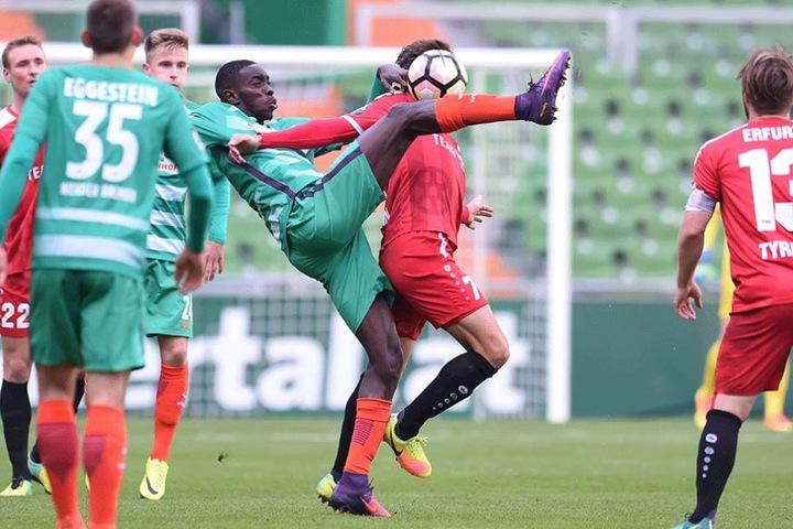 Sambou Yatabare (Bremen) im Zweikampf gegen Theodor Bergmann von Rot-Weiß Erfurt.