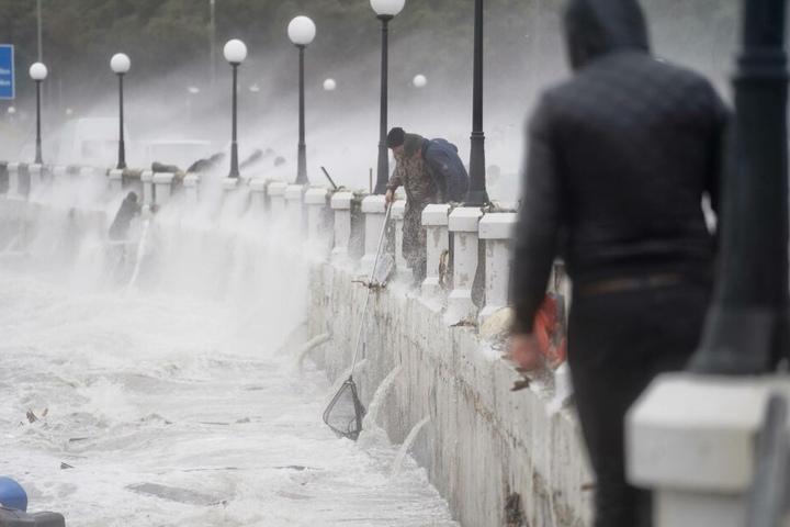 Der Sturm ließ die Wellen und damit die Fische hochschlagen.
