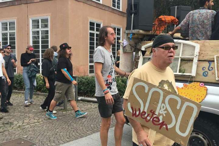 """Die Demonstranten forderten unter anderem, dass sich die Stadt für den Erhalt des """"So&So"""" einsetzt."""