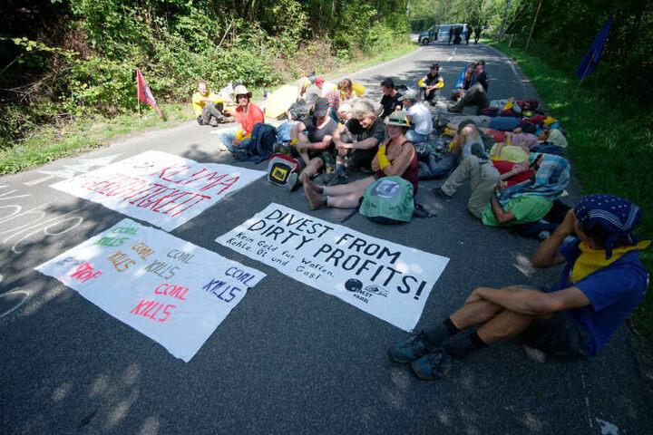 """Auf den Bannern der Aktionsgruppe steht """"Klimagerechtigkeit"""" und den Spruch """"Rückzug aus schmutzigen Profiten - Kein Geld für Waffen, Kohle, Öl uns Gas"""""""
