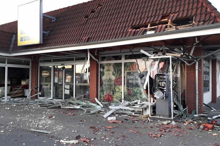 In diesem Fall in Verl Ende Mai 2018 sind die Schäden am Gebäude nach einer Sprengung gut sichtbar.
