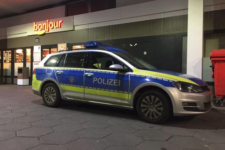 Ein Polizeiwagen steht an der Tankstelle, an der der Verdächtige angeblich gesehen wurde.