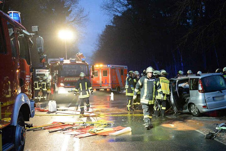 Rettungskräfte sperrten die gesamte Bielefelder Straße.