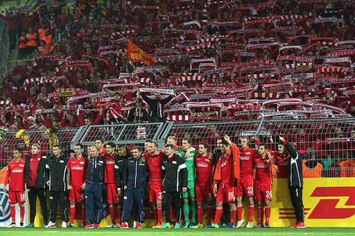 Die Mannschaft von Union Berlin steht nach Spielende vor dem Gästeblock in Dortmund und posiert gemeinsam mit den Fans.