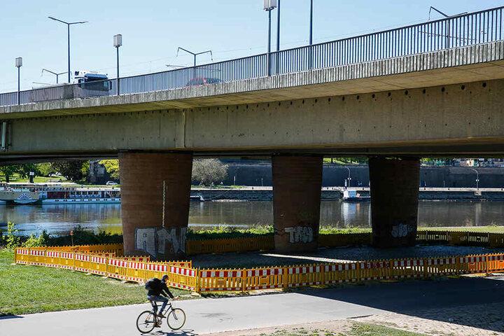 Auf der Neustädter Elbseite musste schon der Bereich unter der Bröckel-Brücke gesperrt werden.