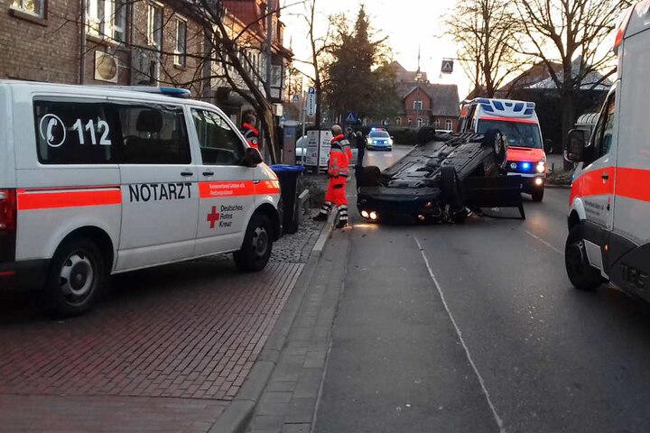 Die Rettungskräfte brachten die Fahrerin und die Insassen in ein Krankenhaus.