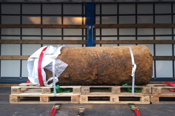 Die Bombe ist verladen und zum Abtransport bereit.