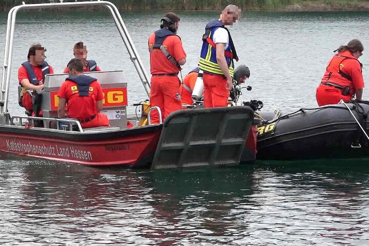 Einsatzkräfte suchten am Sonntag den Badesee in Bensheim ab.