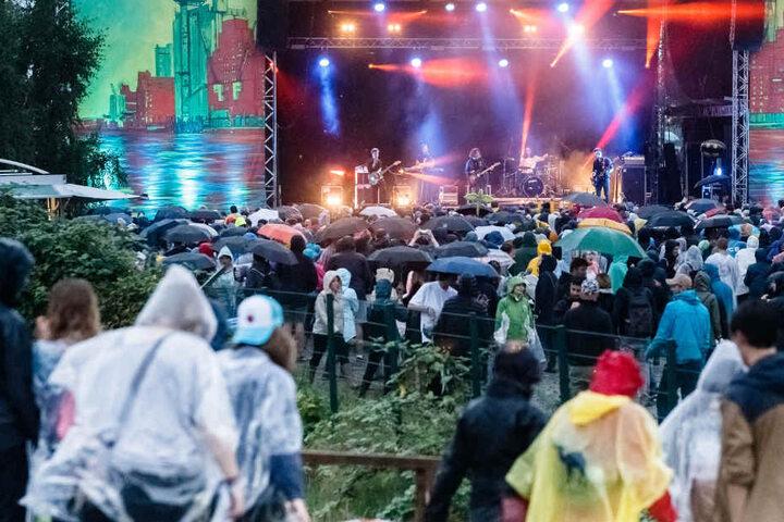 In strömendem Regen haben Tausende Festivalfans in Hamburg-Wilhelmsburg gefeiert.