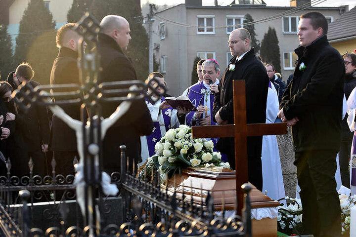 Der Sarg des toten Enthüllungsjournalisten Jan Kuciak wird bei der Kirche des Heiligen Franz von Assisi in das Grab hinabgelassen.