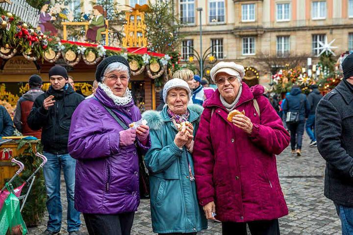 """Sonja Hummrich (69), Helga Kryczanowsky (78) und Christa Löpke (81) aus Hoyerswerda kommen fat jedes Jahr: """"Es ist wunderbar romantisch. Die Würstchen sind sehr gut und der Glühwein gehört unbedingt dazu. Wir geben fünf Sterne ."""""""