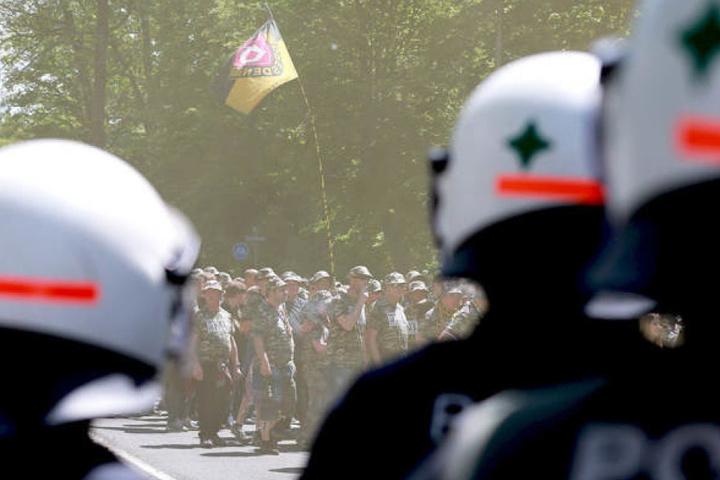 Polizisten beobachten den Marsch der Dynamofans in Karlsruhe.