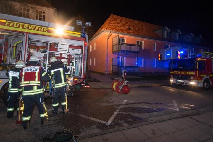 Mit mehreren Einsatzfahrzeugen rückte die Feuerwehr an.