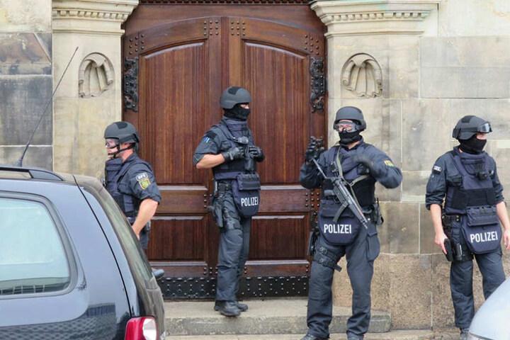 Die Beweissicherungs- und Festnahmeeinheit (BFE) steht vor der benachbarten Reformierten Kirche.