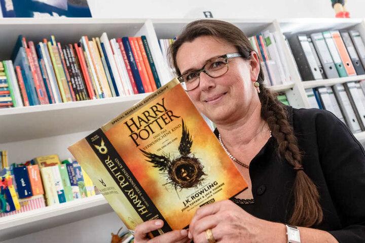 Renate Herre, Geschäftsführerin des Carlsen Verlags mit dem neuen Band, der am 24. September erscheint.