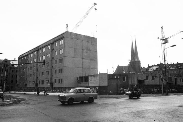 Zu DDR-Zeiten stand hier eine graue Platte.