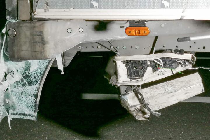 Teile des Wagens blieben im Laster hängen.