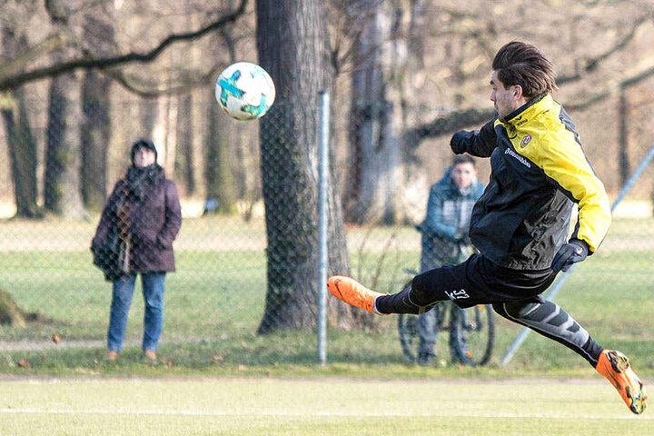 6,0 in der B-Note: Pascal Testroet fliegt im Training wunderschön zum Ball. Das möchte er bald wieder im Spiel zeigen.