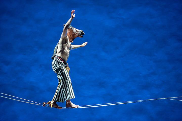 Ein Seiltänzer mit Eselskopf balanciert über die Bühne. Er wird nicht der einzige Artist des Abends sein.