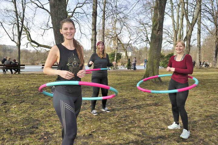 Lulia (26, v.l.), Melanie (28) und Alin (25) trafen sich am ersten Frühlingstag zum Hula Hoop am Schlossteich.