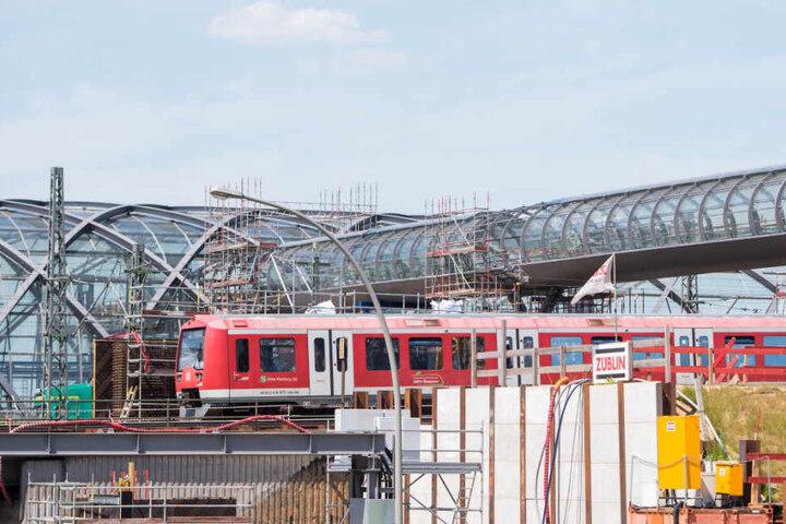 """Ein gläserner """"Skywalk"""" verbindet U- und S-Bahn-Halt an der neuen Station Elbbrücken."""
