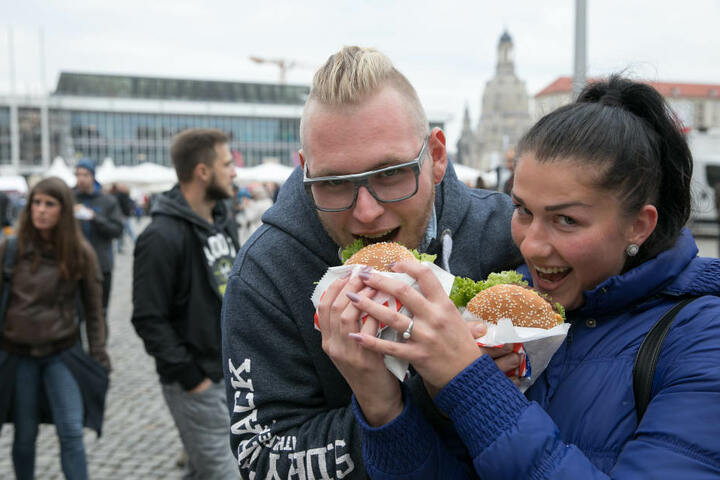 Maximilian Jäger (24) und Anna-Sophie Winkler (21) lassen sich einen Burger  schmecken.